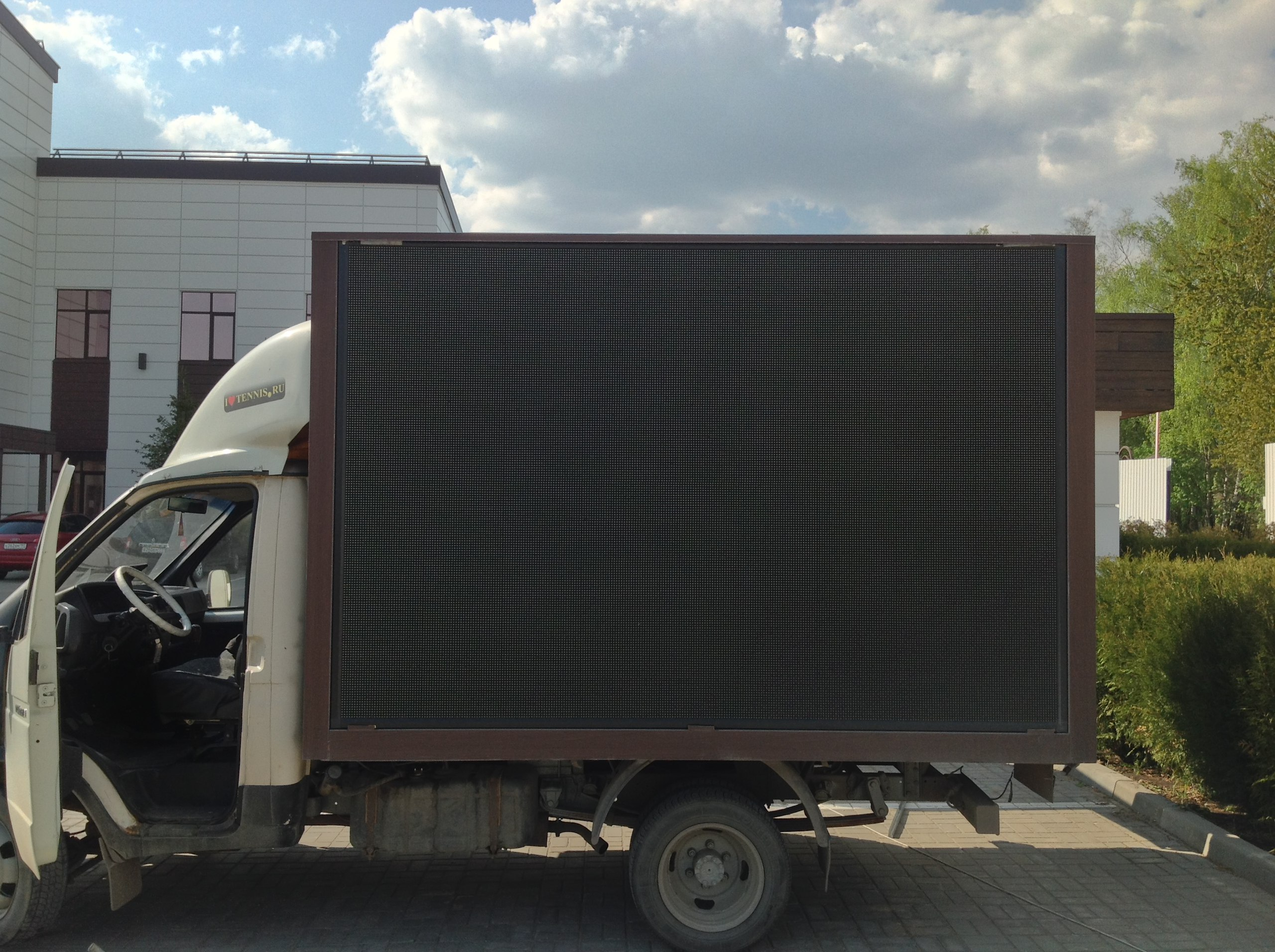 Видеоэкран на авто газель DIP P10 купить и установить в Москве